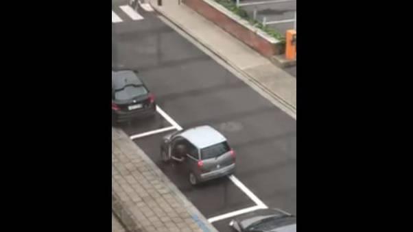 Wie schwierig kann es sein, ein Kleinstauto seitwärts in einen Parkplatz zu manövrieren? Sehr!
