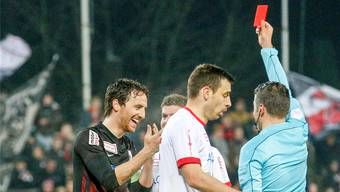 Schiedsrichter David Schärli zeigt Sandro Burki die Ampelkarte, der FCA-Captain kann es nicht fassen.