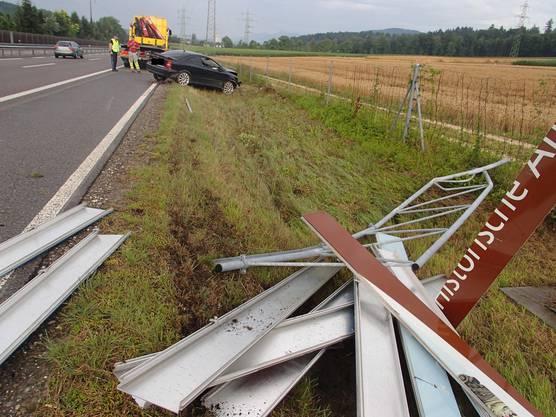 Das Hinweisschild, mit dem die Auotfahrerin kollidierte ist komplett zerstört.