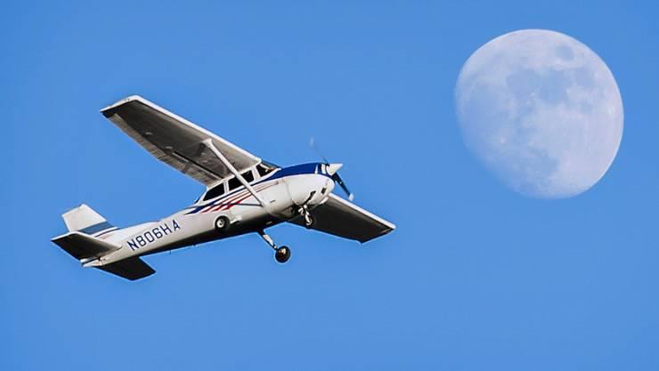 Eine Cessna schreckte die Basler in der Nacht auf.  (Symbolbild)