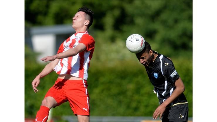 Der Biberister Petrit Krasniqi (l.) verfehlt den Ball, Justin Browne profitiert.