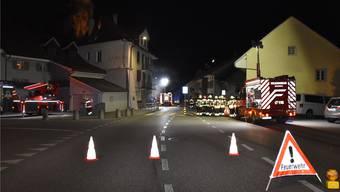Gespenstische Szenen am späten Sonntagabend in Balsthal: Im Einsatz standen die Korps von Balsthal und Oensingen.