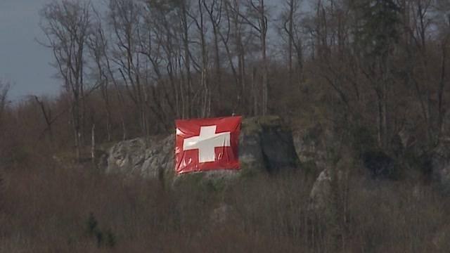 Riesige Schweizer Fahne über Rothrist