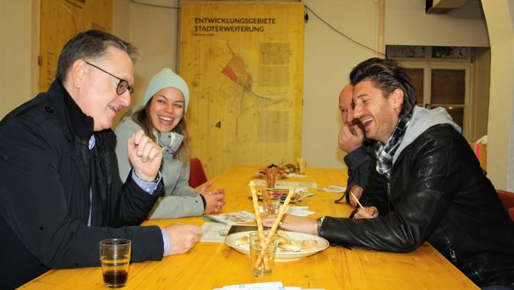 Von links nach rechts: Stadtpräsident Roger Bachmann (SVP) erstellte ein politisches Wahlprofil. Léa Prêtre, Alain Gretsch und Michel Duc von der städtischen Jugendarbeit hofften derweil auf junge Teilnehmerinnen und Teilnehmer.