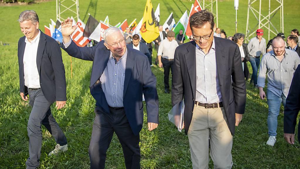 Die SVP-Grössen Marco Chiesa, Christoph Blocher und Roger Köppel (von links) beim Einmarsch zu einer SVP-Feier zum Ende des EU-Rahmenabkommen am Samstag in Morschach. (KEYSTONE/Urs Flueeler).