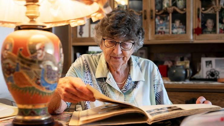 Viele Alben füllen die Bilder aus Sumatra: Vreni Ringier in ihrem Wohnzimmer in Zofingen.