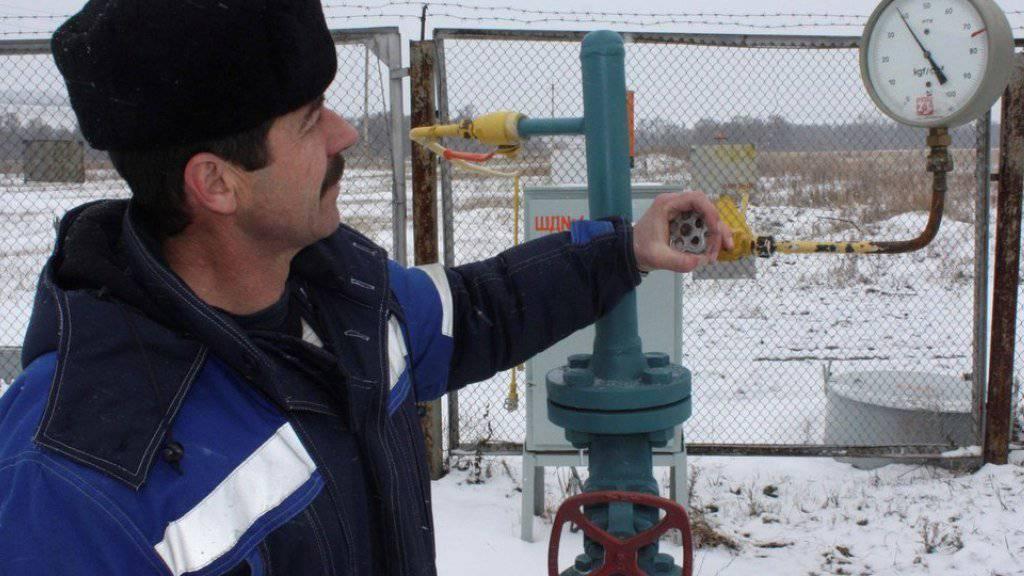 Ein Techniker kontrolliert den Druck in einer Gas-Pipeline in Pisarevka, Russland, nahe der Grenze zur Ukraine (Archiv).