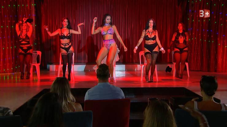 Sanja, Mia, Amanda, Bellydah und Fabienne setzen sich bei der Show in Szene.