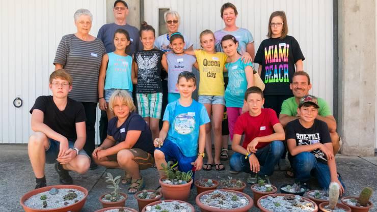 Die Ferienpass-Kinder mit ihren «Wüstenlandschaften» und den Betreuern vom Solothurner Kakteenverein.