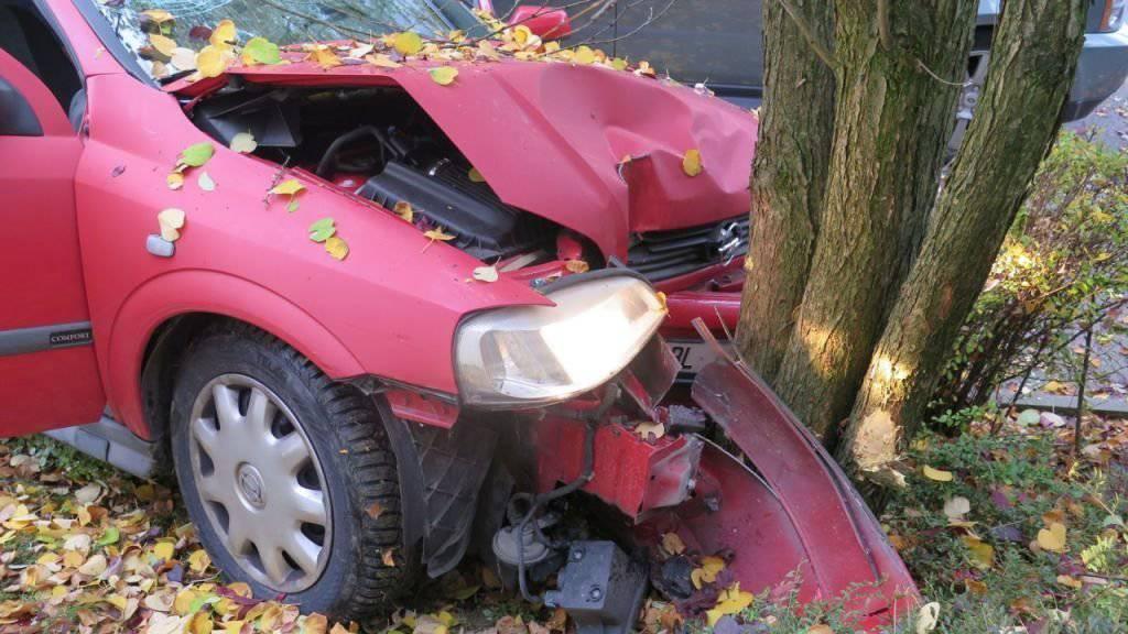 Bei einem Baum endete eine verhängnisvolle Fahrt für den 80-jährigen Fahrer dieses Autos. Das beschädigte Auto wurde abgeschleppt.