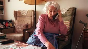 Telefonbetrüger nutzen die Corona-Krise und geben sich am Telefon als Arzt oder Angestellter der Behörden aus. (Symbolbild)