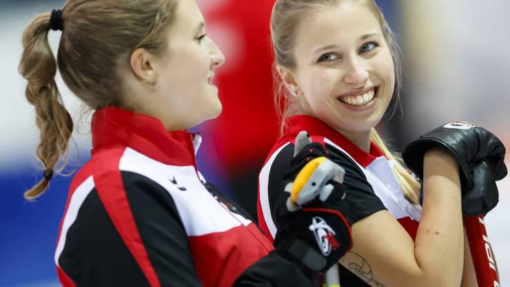 Gute Laune im Team des CC Oberwallis: Skip Elena Stern (rechts) und Céline Koller