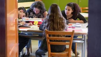 Ein Präventionsanlass soll Reinacher Schülern und Eltern helfen, mit dem vielen Schulstoff klar zu kommen (Symbolbild).
