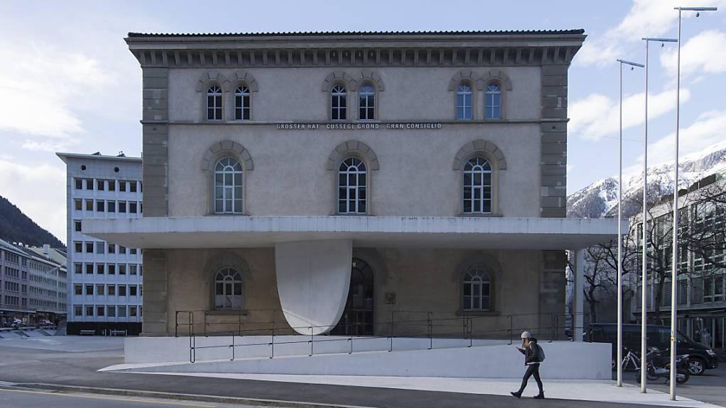 Das Bündner Parlament, der Grosse Rat, hält die nächste Session im Oktober wieder im Grossratsgebäude in Chur ab - allerdings mit Maskenpflicht. (Archivbild)