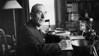 Thomas Mann Mitte der 1930er-Jahre bei der Heimarbeit in seinem Haus im zürcherischen Erlenbach. Thomas-Mann-Archiv/Keystone