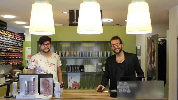 Die Brüder Robin und Tim Ungricht nehmen sich den Sorgen der Kunden an, die sich nicht mehr die Haare schneiden lassen können.