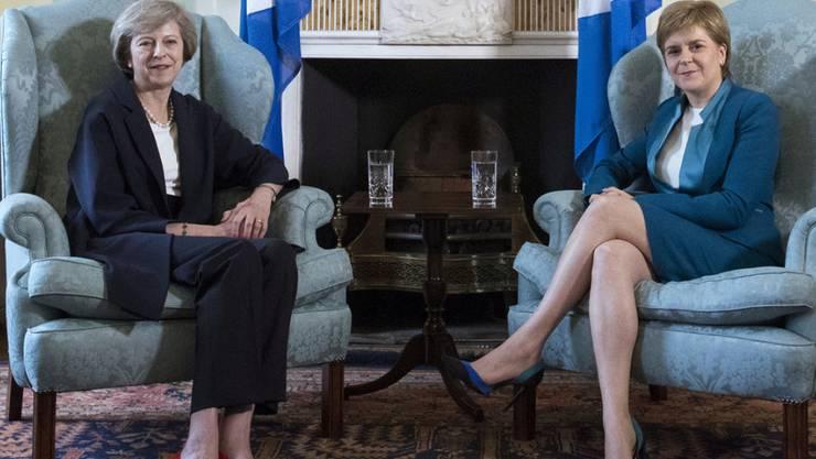 Die britische Premierministerin May (links) sprach mit der Chefin der schottischen Regionalregierung, Sturgeon.