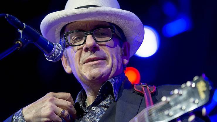 Elvis Costello hat seine Kräfte überschätzt: Eine Krebs-OP hat ihn geschwächt, so dass er seine Europa-Tournée nach zwei Konzerten abbrechen muss. (Archivbild)