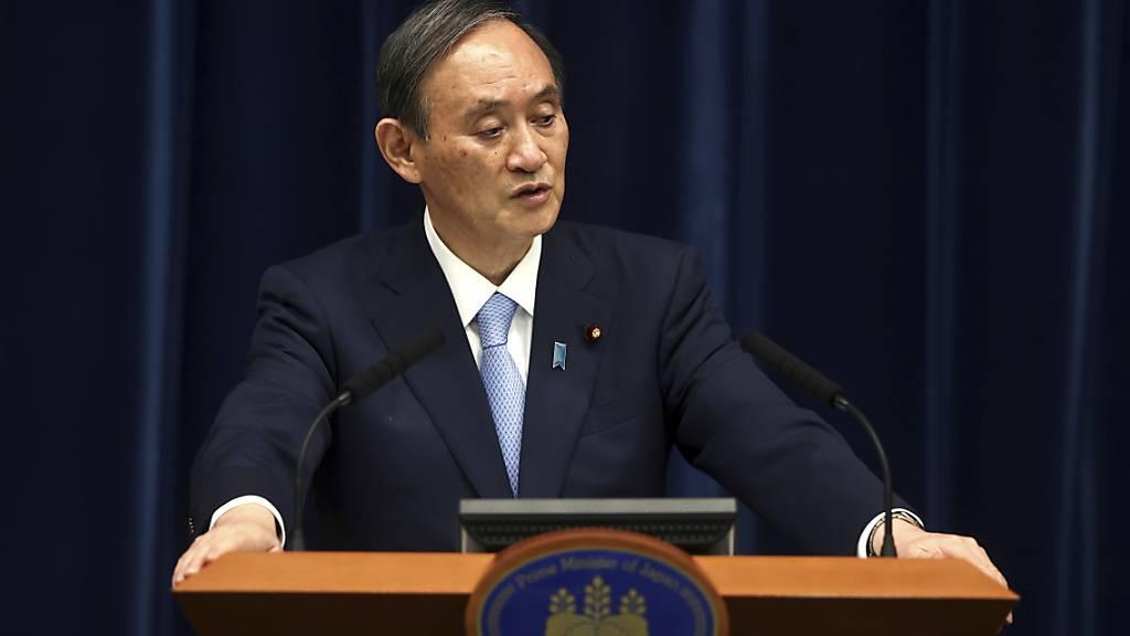 Yoshihide Suga, Premierminister von Japan, spricht während einer Pressekonferenz in seiner offiziellen Residenz. Keine zwei Monate vor den geplanten Olympischen Spielen in Tokio wurde der Corona-Notstand abermals verlängert. Foto: Behrouz Mehri/Agence France Presse POOL/AP/dpa