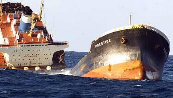 Der Öltanker sinkt im Nov. 2003 vor den Küsten Galiziens langsam ab