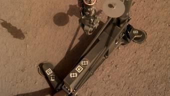 Mit tausenden Hammerschlägen gräbt der Mars-Roboter HP3 Zentimeter um Zentimeter ein Loch in den Untergrund des Roten Planeten. Ziel des Experiments ist die Messung des Wärmestroms aus dem Marsinneren.