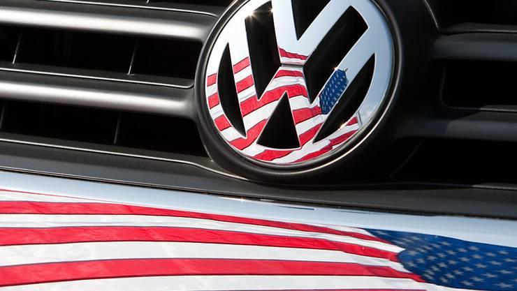 Der VW-Konzern hat nach dem Abgasskandal in den USA wieder etwas Fuss bei den Konsumenten gefasst. (Archivbild)