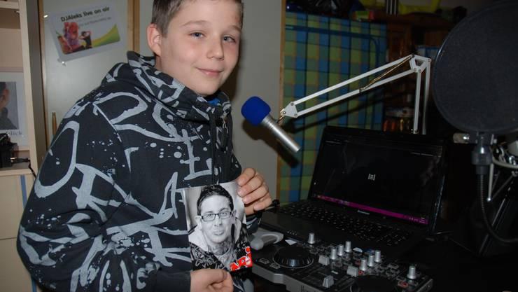 DJ Aleks mit einer Autogrammkarte seines grossen Vorbildes, Radiomoderator Jontsch. Katja Landolt