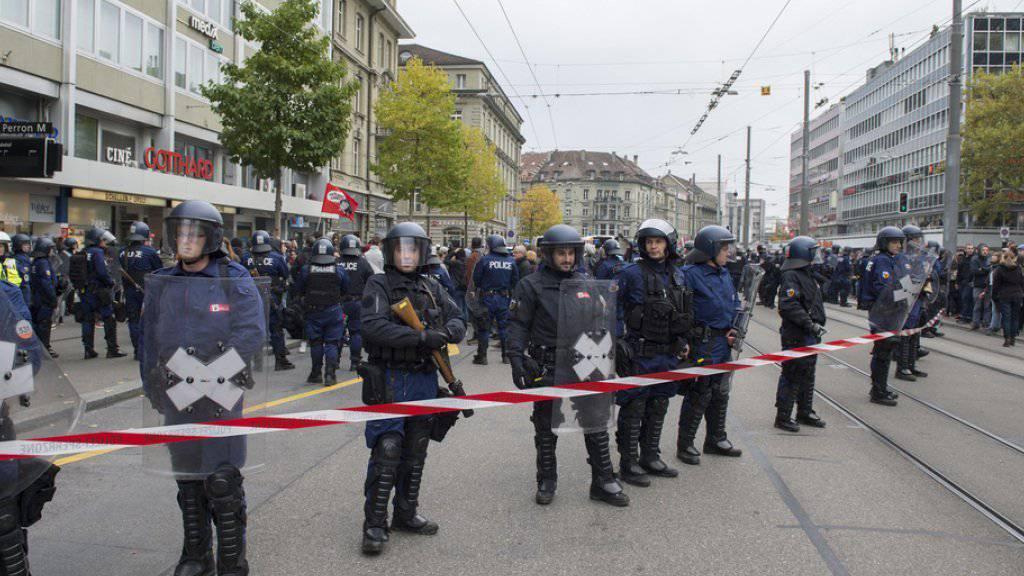 Ein Grossaufgebot von Polizisten geht auf dem Bubenbergplatz in Bern gegen die unbewilligte antifaschistische Demonstration vor.