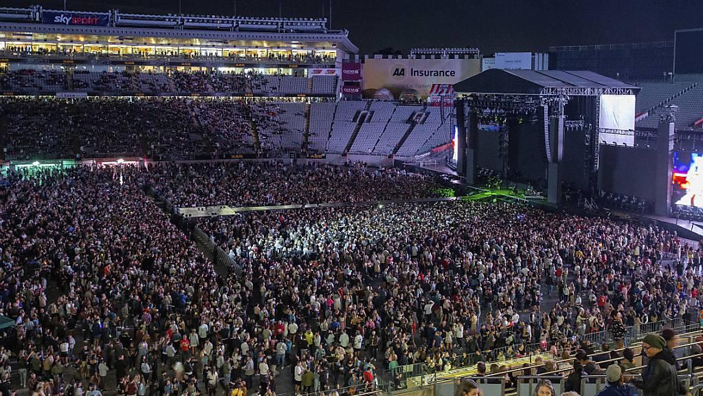 Rund 50.000 sammeln sich im Eden Park zu einem Konzert der Band Six60. Neuseeland hat als eines der wenigen Länder die Corona-Pandemie eingedämmt, was Großveranstaltungen möglich macht. Foto: David Rowland/AP/dpa