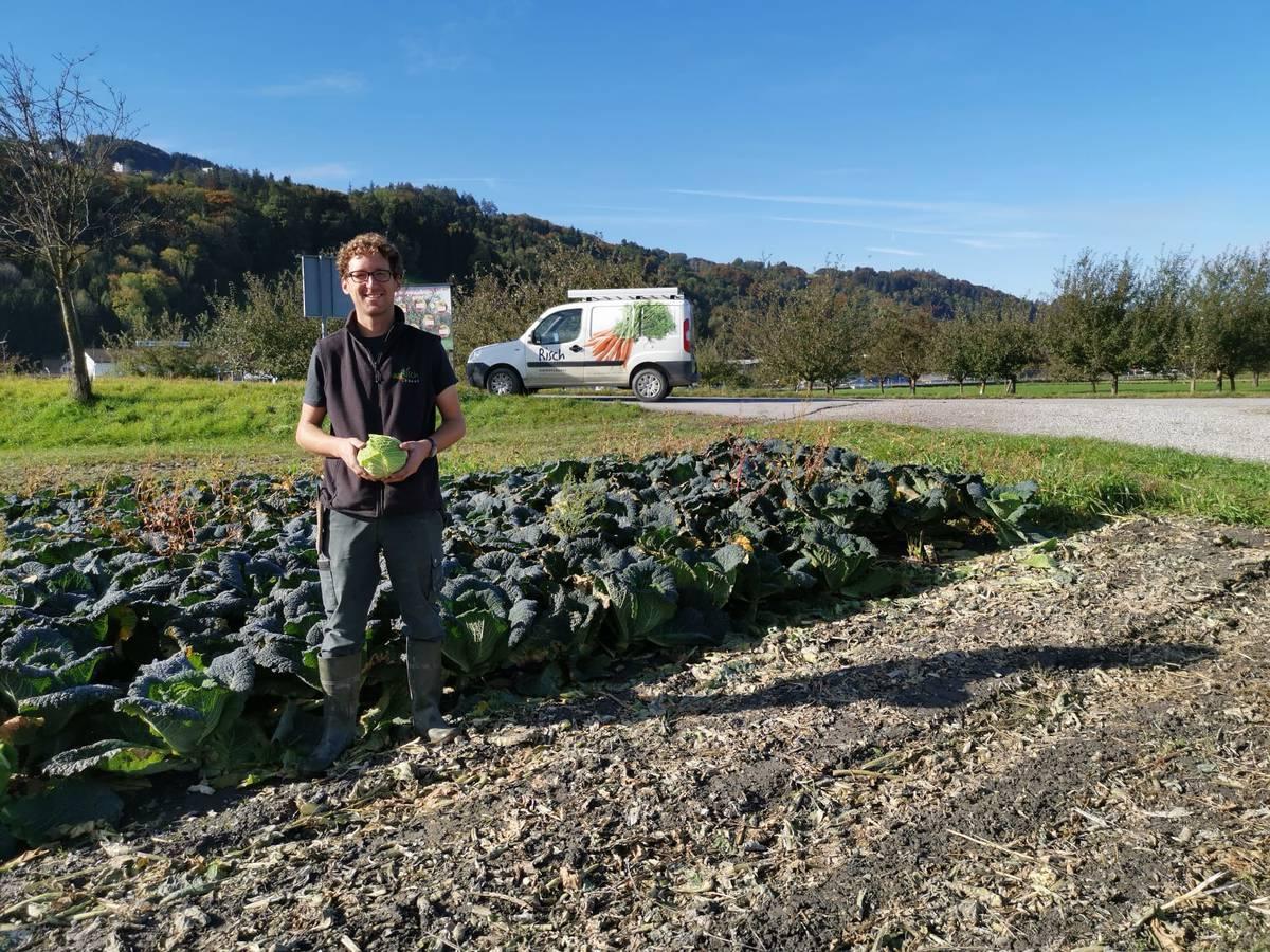 Armin Risch, Betriebsleiter bei Risch Gemüse, erklärt, wieso der Kohl für den Gestank verantwortlichen sein könnte. (© FM1Today/Krisztina Scherrer)