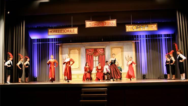 Die jugendlichen Tänzerinnen und Tänzer auf der Bühne der Mehrzweckhalle Aarwangen.