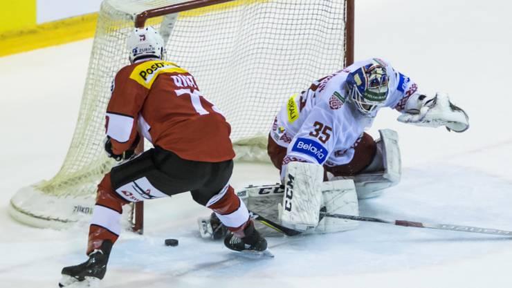 Torschütze für die Schweiz: Damien Riat bezwingt Weissrusslands Goalie Ivan Kulbakow