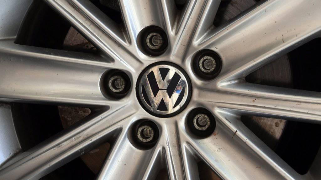 Nach dem Abgas-Skandal bei Volkswagen rollen weltweit nun weniger neue VW-Autos auf den Strassen als im Vorjahr.