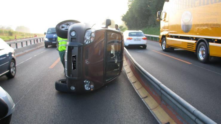 Der verunfallte Renault auf der A1 bei Mägenwil