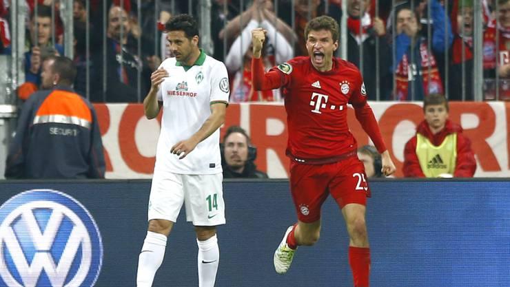 Thomas Müller, der Schütze zum 1:0, ballt die Faust, Bremens Claudio Pizarro ist bedient