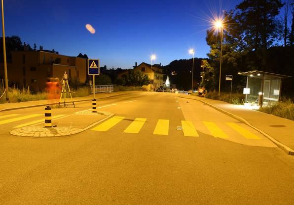 Wald ZH, 29. Juni: Ein Automobilist kollidiert am Samstagabend in Wald mit einer Fussgängerin. Diese zog sich dabei schwere Verletzungen zu.