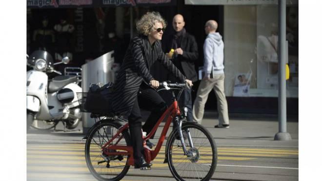 Die Zürcher Stadtpräsidentin Corine Mauch fährt Velo oder E-Bike. Doch auch sie sitzt manchmal am Steuer. Foto: Keystone/Steffen Schmidt