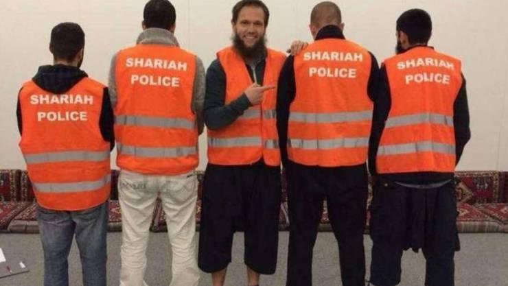 Der Hassprediger Sven Lau (mitte) führt die Scharia-Polizei von Wuppertal an.