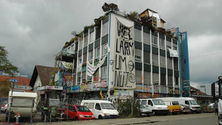 Die Stadt will auf dem besetzten Koch-Areal Wohnungen, Gewerbe und ein Quartierpark einrichten – die Stadtzürcher entscheiden darüber am 10. Juni.