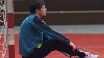 Der Basler Torhüter Sebastian Ullrich bleibt nach einem Tor auf dem Boden sitzen.