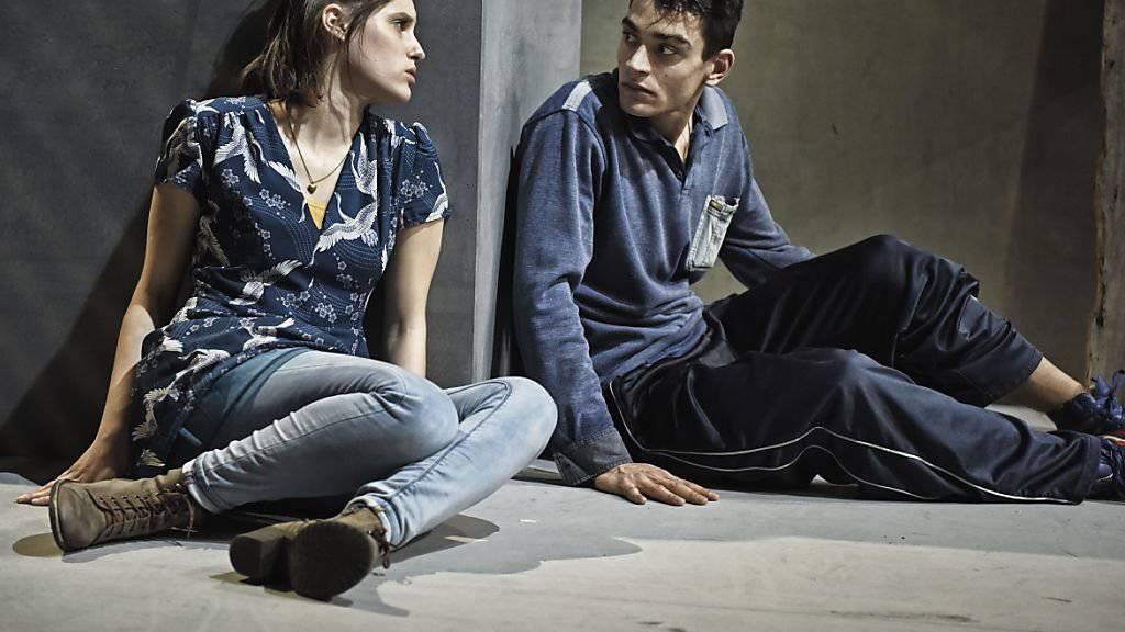 """""""Meet Me"""" von Liv Heløe hatte am 16. November 2017 im Jungen Schauspielhaus in Zürich die schweizerische Erstaufführung. Es spielen unter anderem Tabea Buser (l) und Josef Mohamed (r)."""