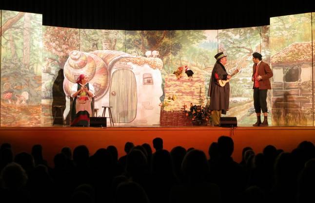 Gespannt verfolgen die Kinder das Geschehen auf der Bühne: Hans (rechts) trifft auf den Spielmann. WUL