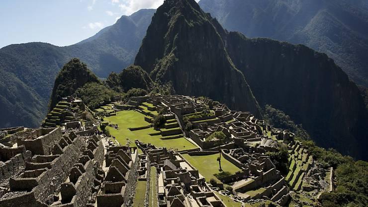 In den Anden tritt die Lungenkrankheit Covid-19 offenbar seltener auf als in tiefen Lagen. Im Bild die Inka-Hochburg Machu Pichu in Peru. (Archivbild)