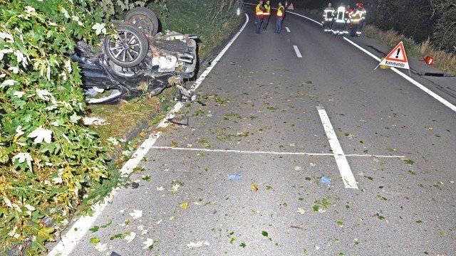 Nach dem schweren Selbstunfall schwebt einer der Beifahrer in Lebensgefahr.