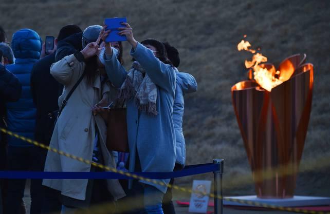Selfie mit dem olympischen Feuer und Schutzmaske in Ishinomaki.