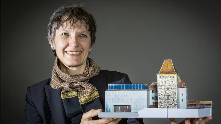 Kaba Rössler mit dem Bastelbogen des Stadtmuseums Aarau.