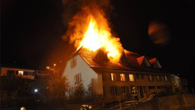 Dachstockbrand in Mehrfamilienhaus an der Hauptstrasse in Niedergösgen.