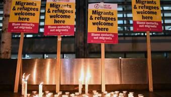 Schilder und Kerzen im Gedenken an die 39 Menschen, deren Leichen in einem Lastwagen-Auflieger in Grossbritannien gefunden wurden.