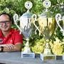 Klingnaus Präsident Roger Meier posiert mit den Cup-Trophäen von 2016 und 2018 und dem Meisterpokal von 2019.