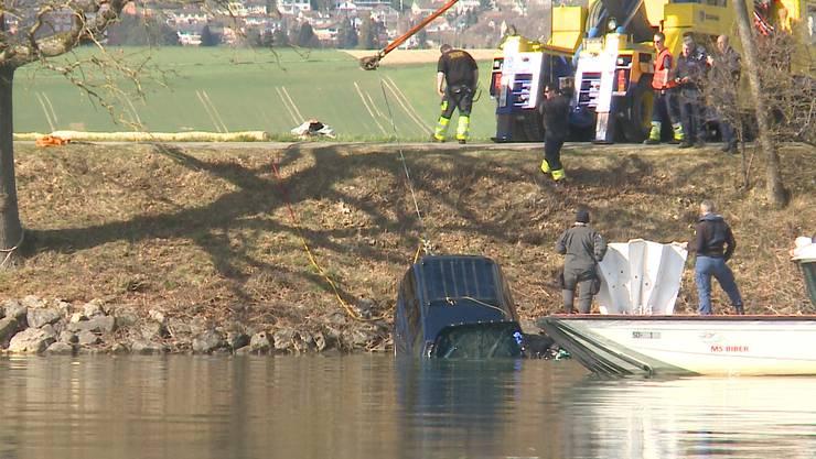 Staad bei Grenchen: Per Seilwinde wird das in der Aare versunkene Auto ans Ufer gezogen.